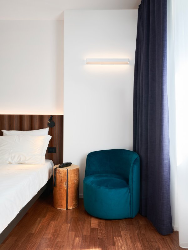 arredoluce-progettazione-illuminotecnica-realizzazioni-hotel-sirmione-gallery-vertical-2